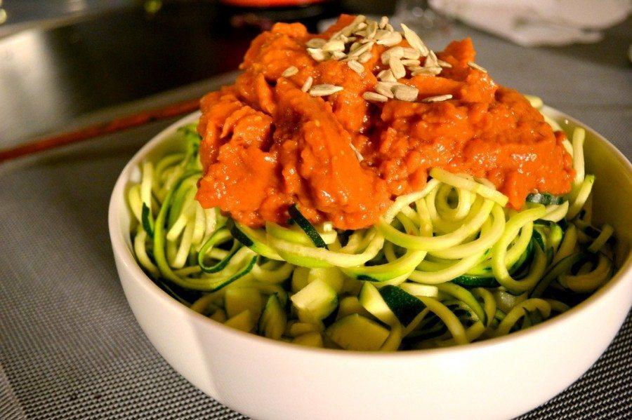 espaguetis-de-calabacin-con-salsa-marinara-900x599
