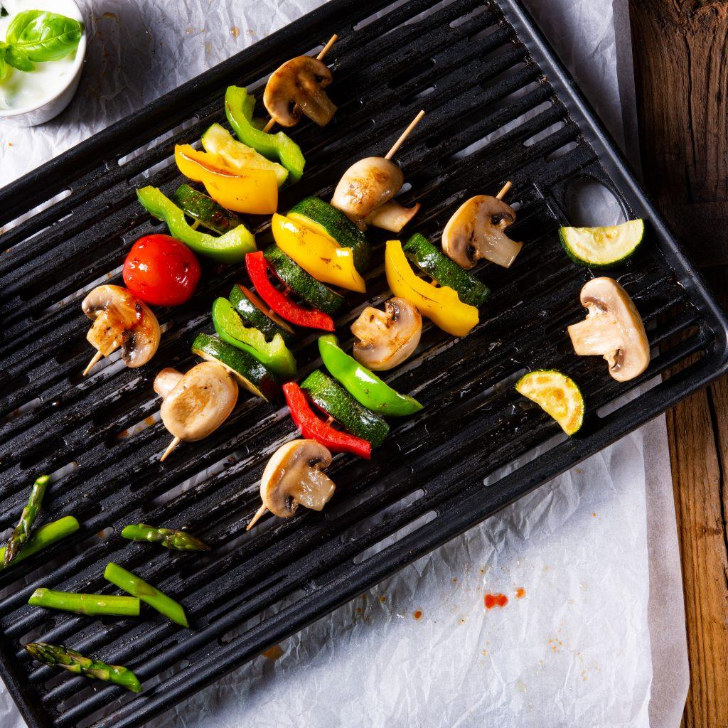 Snacks: Brochetas de verduras con aderezo de tahini